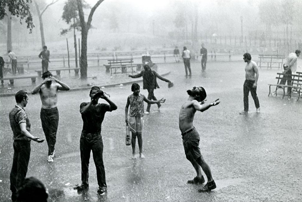 foto de homens à chuva gozando dela